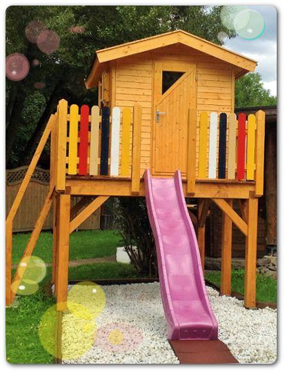 Aktiv spielen und Spaß haben – dieses Spielhaus auf Stelzen mit Podest, Balkon, Treppe und einer Rutsche bietet Kindern viel Abwechslung.  Maße Haus:  180 x 180 cm   Podest:  250 x 300 cm  Kinderspielhaus - Spielhaus Kinder - Rutsche - Sandkasten