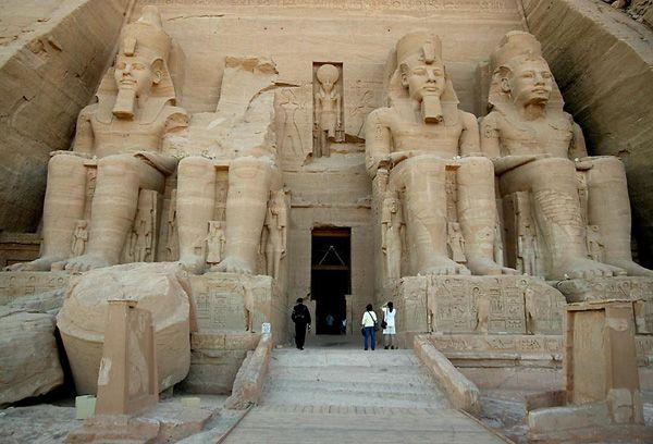 Abu Simbel. Templo de Ramsés II.  A sua fachada tem 33 metros de altura e 38 metros de largura, a sua entrada foi concebida como um pilone . A fachada é constituída por quatro estátuas com vinte metros de altura que representam o faraó Ramsés II sentado ostentando a coroa dupla da unificação entre o alto e o baixo Egito, a barba postiça, um colar e um peitoral com o nome de coroação. A segunda dessas estátuas foi parcialmente destruída por um terremoto em 27 a.C.