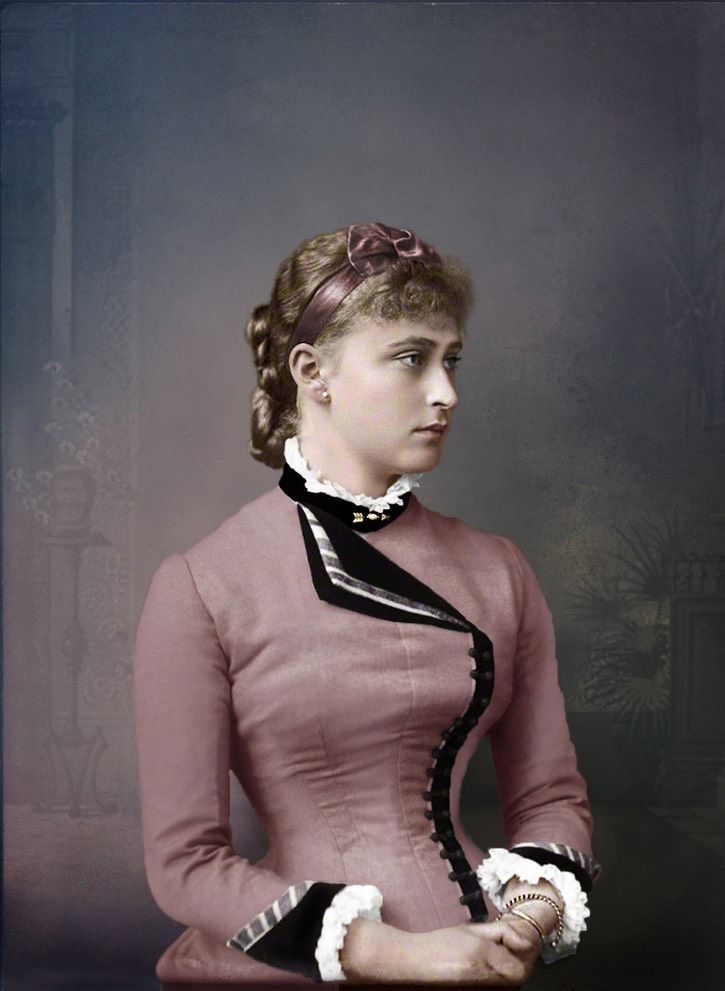 Young Ella Colorization By Klimbim Ella S Coiffure Decorated With A Ribbon And Bow Includes A Braided Chignon Her Dress Has One L Frauen Fotos Promis Frau