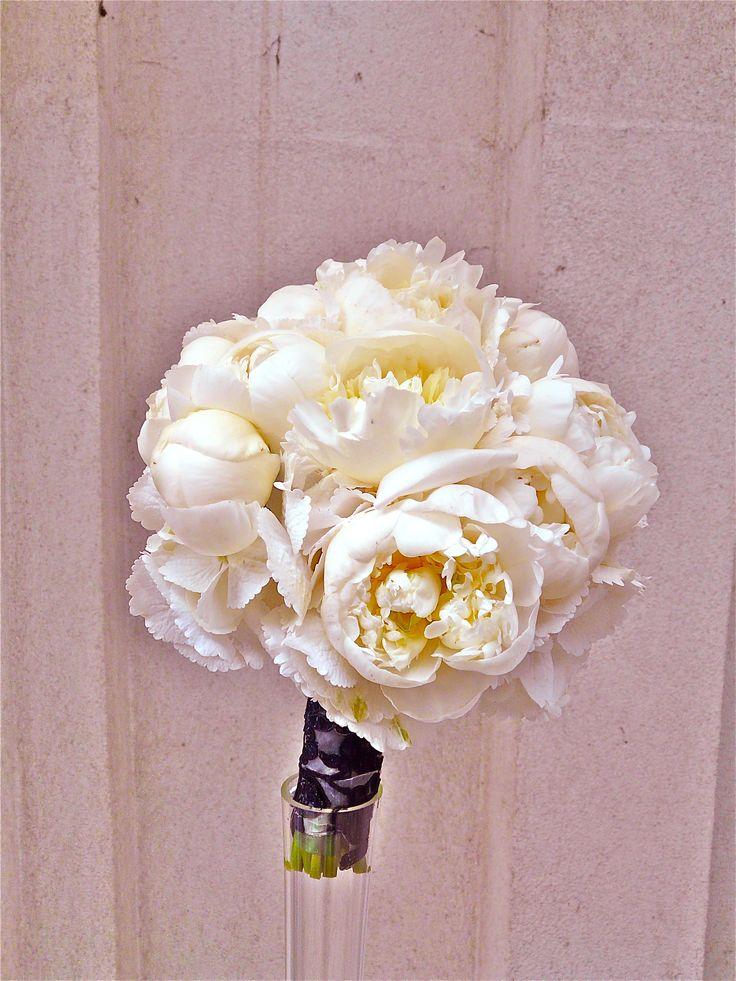 Acest buchet este denumit după superba prințesă Maria a României. E un buchet plin de eleganță și clasă, pentru o nuntă cu stil