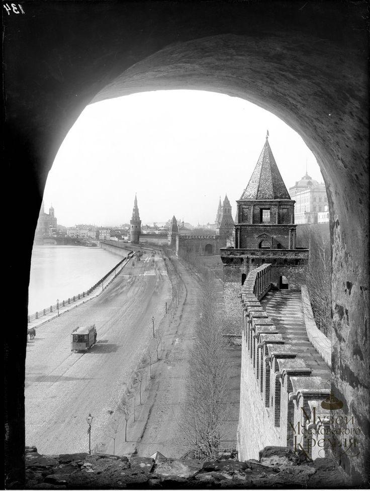 russian-style:  Old Moscow. Kremlin.   Кремлевские стены и башни (южная сторона), начало ХХ в.