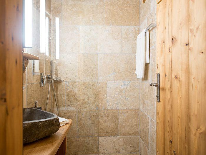 Une Salle De Bain Revetue De Travertin Du Sol Au Plafond Quoi De Mieux Pour S Immerger Dans La Nature Stonenaturelle Home Decor Home Bathroom