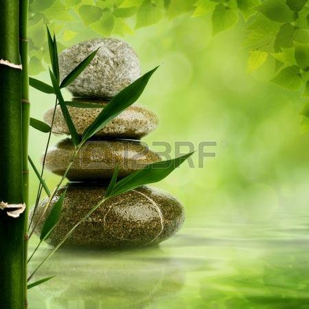 Natuurlijke zen achtergronden met bamboe bladeren en kiezel voor uw ontwerp Stockfoto