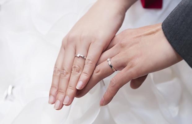 Neem haar hand. Nagels worden vakkundig bijgewerkt en gepolijst. Handen en armen worden gemasseerd met hydraterende crème voor gladde, mooie handen om je bruid mee vast te houden. # manlycure
