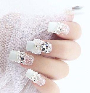 大きめのビジューもあり!冬の花嫁衣装にぴったりなネイル♡ウェディングドレスにもカラードレスにもマッチするネイルのまとめ一覧です♡
