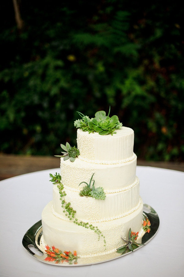 What happens when two Architects get married? They have an architecturally inspired cake of course  Photography by http://kenkienow.com
