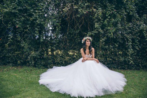 Editorial de novias Al Natural. Vestido de novia Rosa Clará Ball Gown, corona de flores para tu casamiento. Bridal Editorial