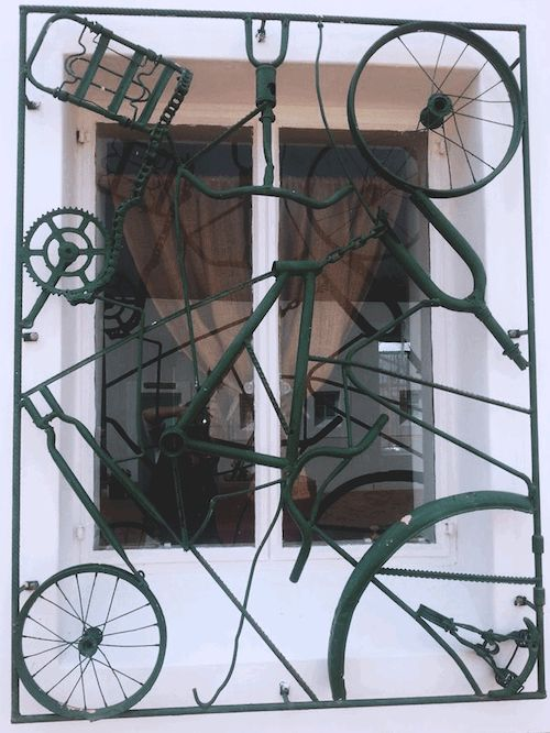 Don't throw away your old bike, use the scraps to make a clock, a table or better yet… a toilet paper holder! Here are 11 creative ways you can use a bicycle other than riding it or sending it to the junkyard. 1. Turn the chain into a toilet paper holder (Source: Pinterest/ marie marie ) 2.