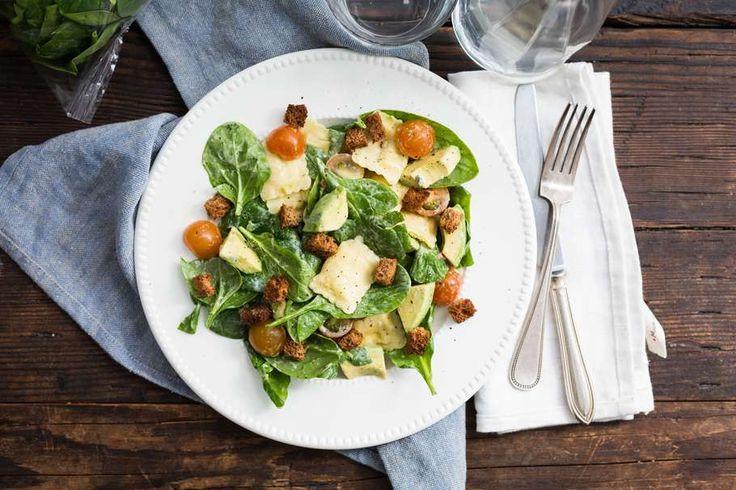 Recept voor maaltijdsalade voor 4 personen. Met zout, peper, spinazie, ravioli (pasta), cherrytomaat, avocado, yoghurt-slasaus en brood