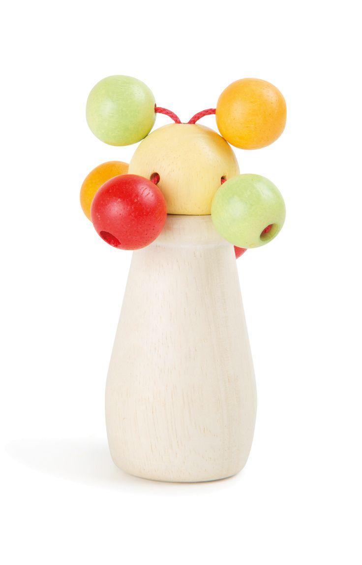 Deze pastelkleurige rammelaar is iets heel bijzonders. Veelkleurige, kleine bolletjes bevinden zich op het hoogwaardig verwerkt houten blok en maken bij het schudden klikklakkende geluiden. Een handenstrelend stuk speelgoed, dat geweldig aanvoelt niet zo snel van de hand wordt gedaan. Dit babyspeelgoed is speekselvast, kleurecht en oefent de motoriek van het kind. De rammelaar kan heel eenvoudig met een vochtige doek worden gereinigd.