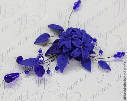 Купить или заказать Комплект вечерней бижутерии синего цвета. Синее колье и серьги. в интернет-магазине на Ярмарке Мастеров. Комплект вечерней бижутерии синего цвета: Темно синее колье из цветов и листьев, блестящих синих хрустальных бусин для вечеринки, события или синей свадьбы. Цена 1600р Серьги синего цвета лилии. Цена от 300 до 8…