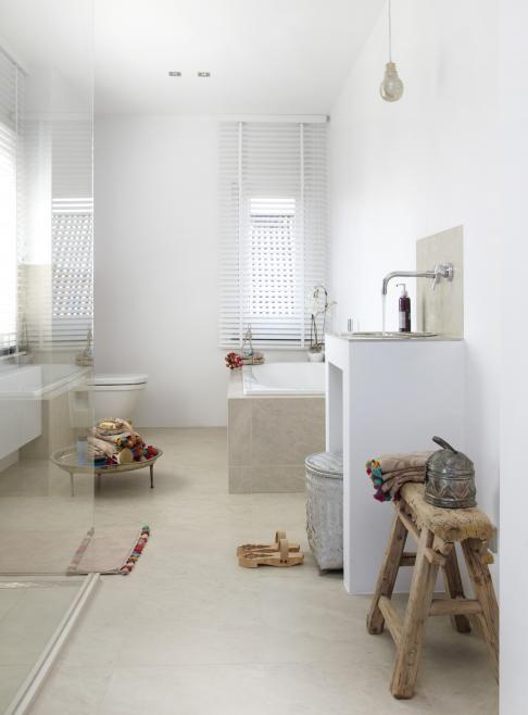 reforma baño, zona de ducha con cerramiento de vidrio, mueble de obra con lavabo, suelo microcemento