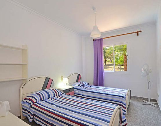 Дом расположен в эксклюзивном районе острова, в окружении природы и спокойствия.  Находится всего в 2 км от города Алкудия, которую стоит посетить и ознакомиться со старинным романским городом.