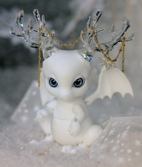 "12cm Pet Doll - Dragon - ""Snow Edition, Rot"" (50 available) Rot is cast in white skin resin and comes with crystal clear resin horns and white resin horns *Note: The body painting shown on the website is only for promotional purposes. It is not included with this doll and cannot be requested"