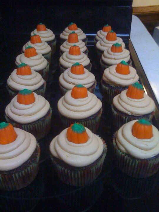 Thanksgiving cupcakes Perhaps Pumpkin Spice Cupcakes with a candy pumpkin on top! Easy and Cute!
