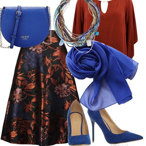 Ho provato a giocare con i colori di questa meravigliosa gonna abbinando una blusa mattone, delle décolleté blu elettrico, così come la borsa e il foulard. La collana, invece, mescola tutti i colori a completamento dell'outfit.