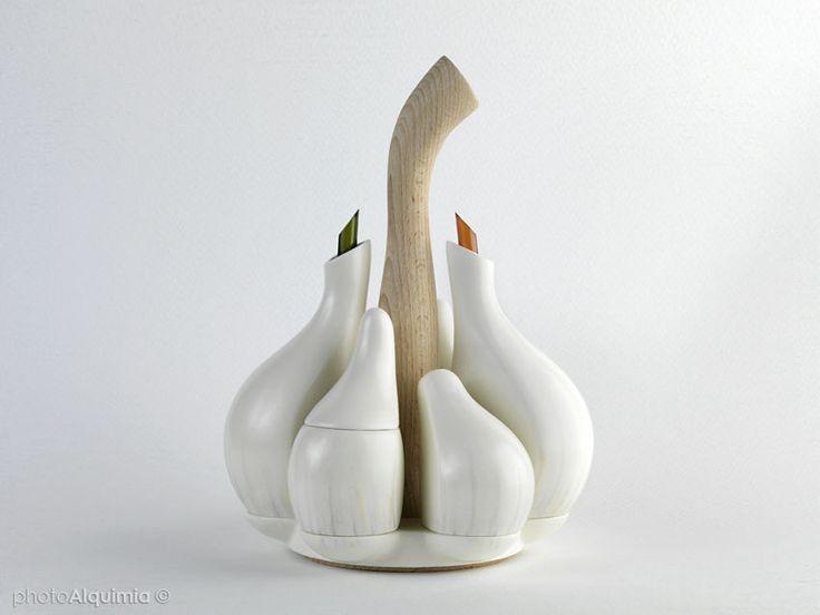 ニンニク型のナイスデザインな調味料入れ「Ajori」 - GIGAZINE