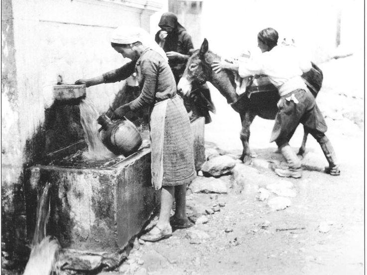 Ηρακλείο 1927,Γεμίζοντας με νερό τις στάμνες 1927 ΝΕΛΛΗ