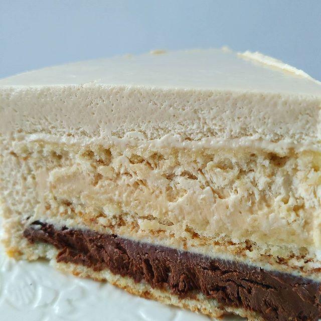 Новый муссовый торт Мокко. Мне кажется название у него говорящее. Внутри торта 3 тончайших миндальных бисквита, 2 вида крема: шоколадный и карамельный. И все это в нежнейшем легком кофейном муссе