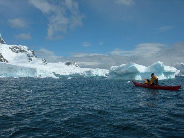 kayakker bij Antarctica (gemaakt in Antarctica schiereiland en Weddell zee)