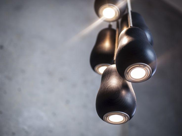 Krools Babula Pendelleuchte S5 - Inspiriert von der russischen Holzpuppe Matrioschka, verbindet diese Leuchte Tradition und Modernität. Die formvollendete Lampe ist Teil des innovativen Lichtkonzeptes von Krools und vermitteln ein einzigartiges, heimisches Gefühl. Die minimalistische Gestaltung mit ihrer weichen, weiblichen Silhouette, durchströmt jeden Raum mit sanftem Licht.