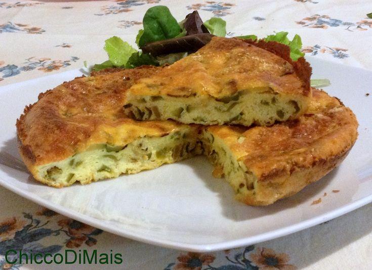 Frittata al forno con zucchine e friggitelli (ricetta secondo). Ricetta vegetariana della frittata cotta in forno, soffice e con crosticina croccante.