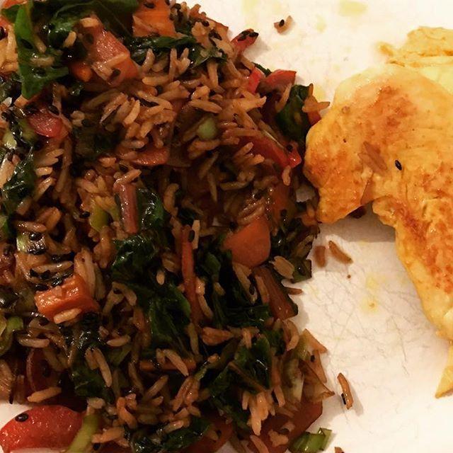 Delizioso pranzo, semplice e colorito...ho preso le verdure che vedete sulla foto precedente, le ho messe in padella con un goccio di olio d'oliva, semi di sesamo nero e tamari (salsa di soia), spadellati un po' e aggiunto mezza tazza di riso bastati che avevo pronto in frigo, accompagnato di pollo  con Curcuma e paprika...Buon appetito Delicioso almuerzo, sencillo y colorado....las verduras que ven en la foto anterior las sofreí con una gotitas de aceite de oliva, semillas de ...