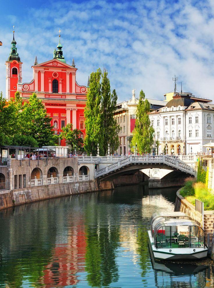 Ljubljana - Eslovenia (Iglesia y el río Ljubljanica) |  Fotografía increíble de las ciudades y Señales famosas de alrededor del mundo