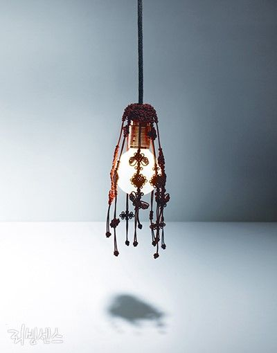 2014 올해의 공예·디자인 스타 상품 #ginger(생강) by 박진오 Park Jin-O 전통 매듭 사이로 빠져나오는 빛이 오묘한 매력을 뽐내는 전등갓. 한국적인 식재료인 '생강'을 모티브로 만들어 매듭의 모양이 마치 생강과 같다. 자연스럽게 아래를 향해 떨어지는 전통 매듭이 우아한 분위기를 연출해준다. (네이버/리빙센스)
