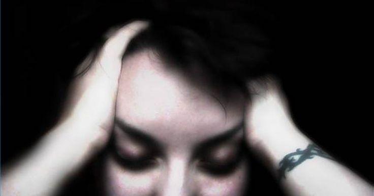 Como tratar sinusite e dores de cabeça. A sinusite afeta muitas pessoas todos os dias. Às vezes, essas dores de cabeça ocorrem com sintomas concomitantes, como congestão nasal, dor no rosto e fadiga. Muitas vezes, a dor desaparece sem tratamento. No entanto, por vezes, uma visita a um médico otorrinolaringologista -- que é medico de ouvido, nariz e garganta -- dirá que os cistos de ...