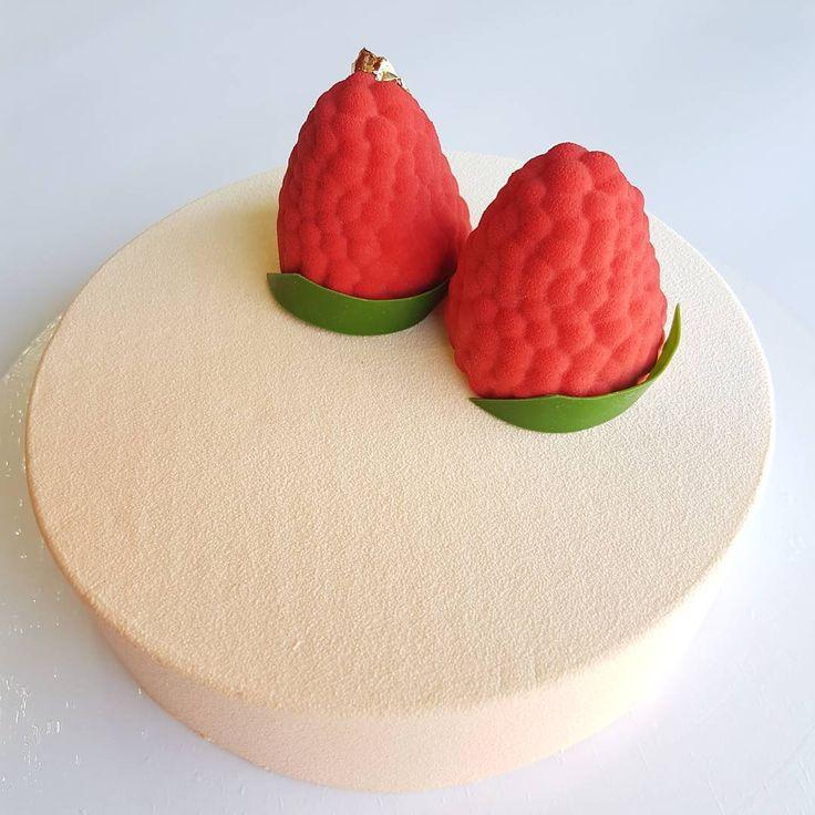 Как должен быть украшен малиновый торт? Конечно же Малиной😉 А внутри этих муссовых малинок, тоже малиновая начинка😋