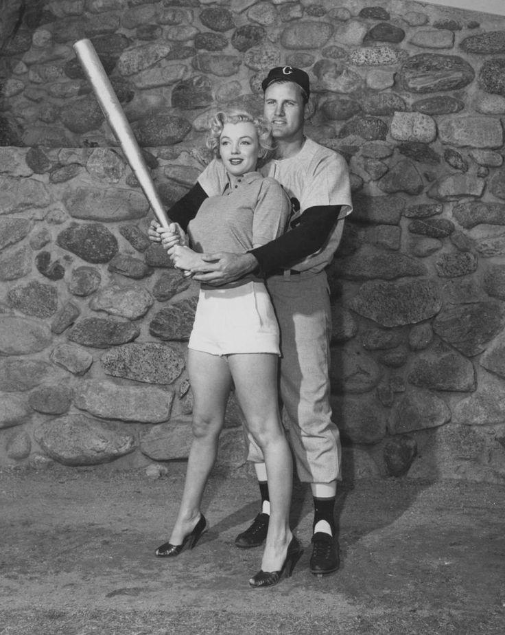 """Image - 1951 / Photos publicitaires de Marilyn posant aux côtés des joueurs de baseball de l'équipe des """"White sox""""... - Wonderful-Marilyn-MONROE - Skyrock.com"""