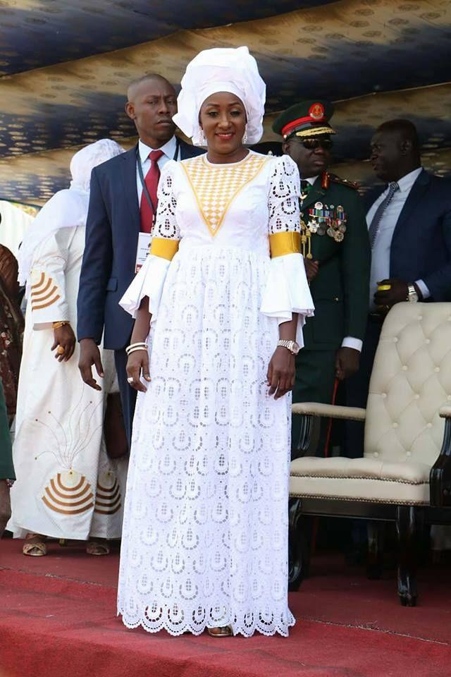 05 Photos Fete De L Independance La Gambie Les 2 Epouses De Adama Barrow Toujours En Dakarbuzz African Fashion African Fashion Dresses African Clothing