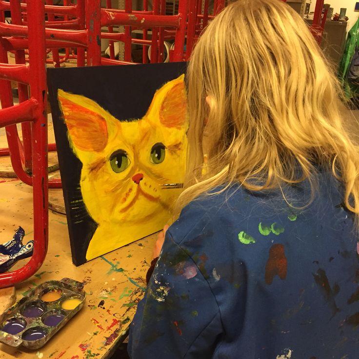 Signe maler en kat inspireret fra børnebog