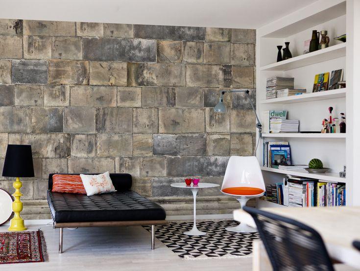 Metaalplaten die dakpansgewijs over elkaar heen zijn  genageld... als muur-vullend behang exclusief  www.schoonewoonwensen.nl
