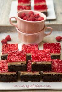 Kakaový brownie cheesecake s malinovou vrstvou