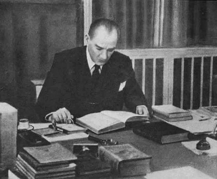 Atatürk kitap okurken