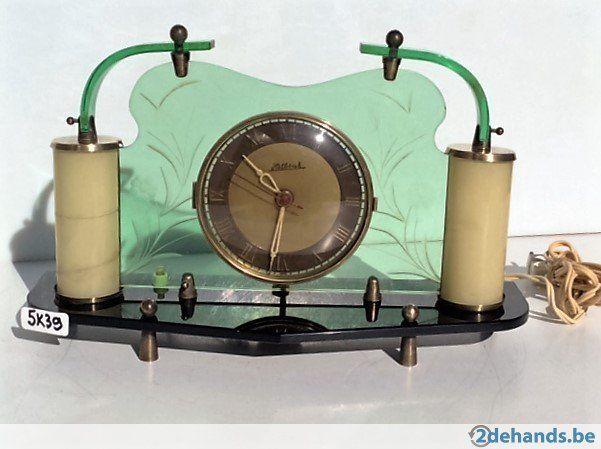 5K39 Vintage klok met 2 lichtpunten. In het glas van deze zestiger jaren klok zijn bloemen gegraveerd. Deze klok werkt op elektra. Het is een...