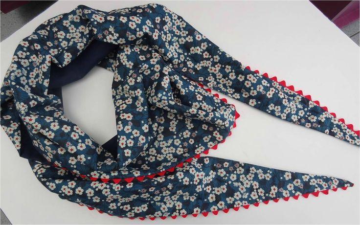 Ingénieuse méthode pour faire un foulard triangulaire sans gaspillage de tissus.