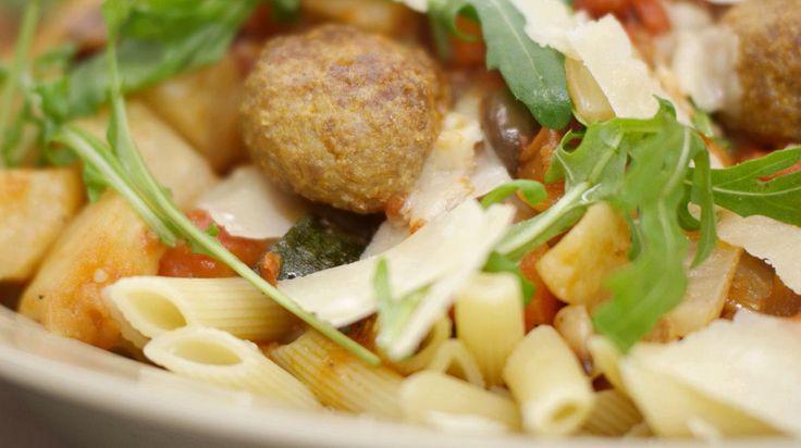 Penne met gehaktballen Parmezan en geroosterde groenten | Dagelijkse kost