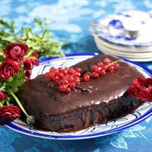 Nyttig och enkel! Kakan ärbakad på dadlar, nötter, kokosolja, vaniljpulver och är helt vetemjöl. Ett täcke av smält mörk choklad. Ju högre kakaohalt desto hälsosammare - gärna över 70%. Tips: Ät kakan väl kyld - gärna fryst!
