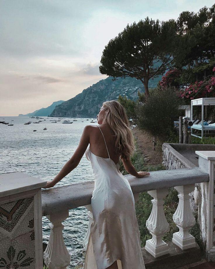 Картинка блондинка со спины в платье