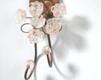 Gancio a parete decorativo per chiavi, asciugamani o panni. Fatta di bronzo rivestito e resina fiori al colore naturale comprendono chiaro, tonalità di marrone e arancione. Molto bello come regalo per il soggiorno, negozio, sala giochi.    Le dimensioni sono: Larghezza - 3 Altezza - 6 -7   Vedere più accessori per la casa nel mio negozio: http://www.etsy.com/shop/Flowersinlight?section_id=13287475