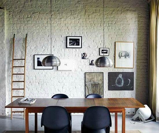 Mooie, witte bakstenen muur in de eetkamer