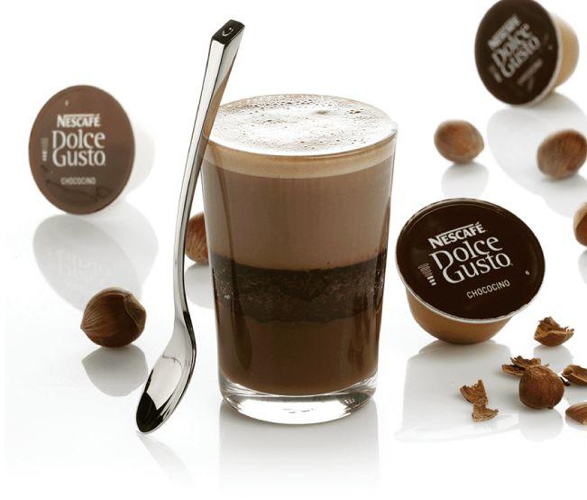 Bolo de Chocolate de copo com Praliné de avelã au Chococino 2 doses de Chococino Nescafé® Dolce Gusto® 3 gemas  100 g de creme de leite 125 g de chocolate em barra  30 g de açúcar 4 claras  50 g de Praliné de avelã