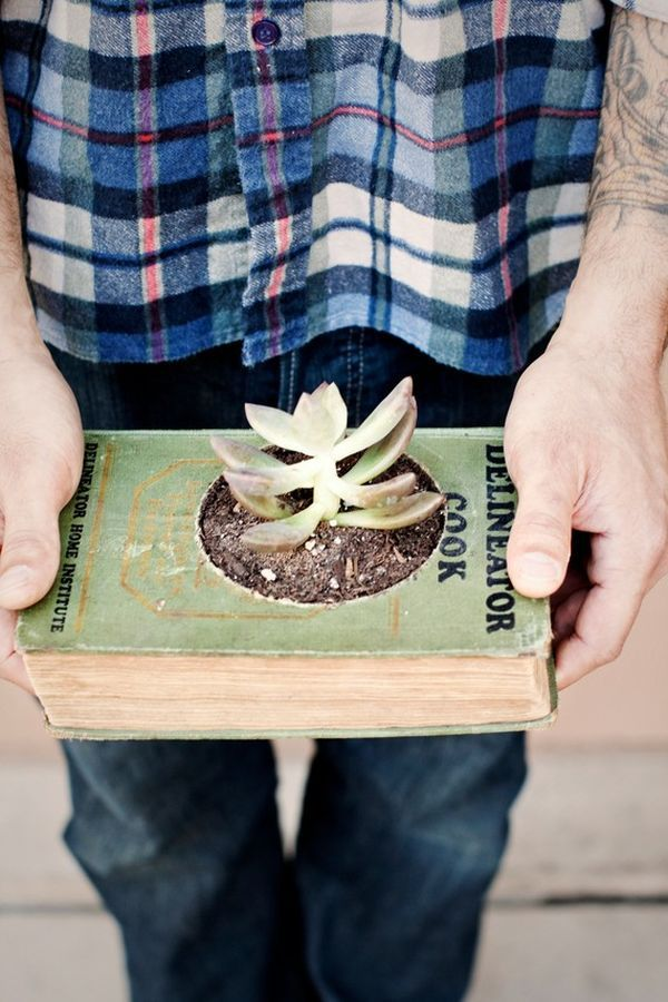 15 Creative DIY Projects Featuring Recycled Old Books