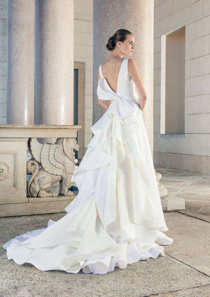 WEDDING DRESS WITH BOW BACK: Wedding dress with plunging neckline on the back of Giuseppe Papini 2017 collection