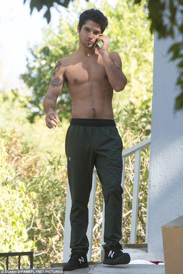 AAAAOOOOWWWW! Un sin camisa Tyler Posey fue vista mostrando su pecho cincelado mientras hablaba en el teléfono fuera de su casa en Los Ángeles el martes
