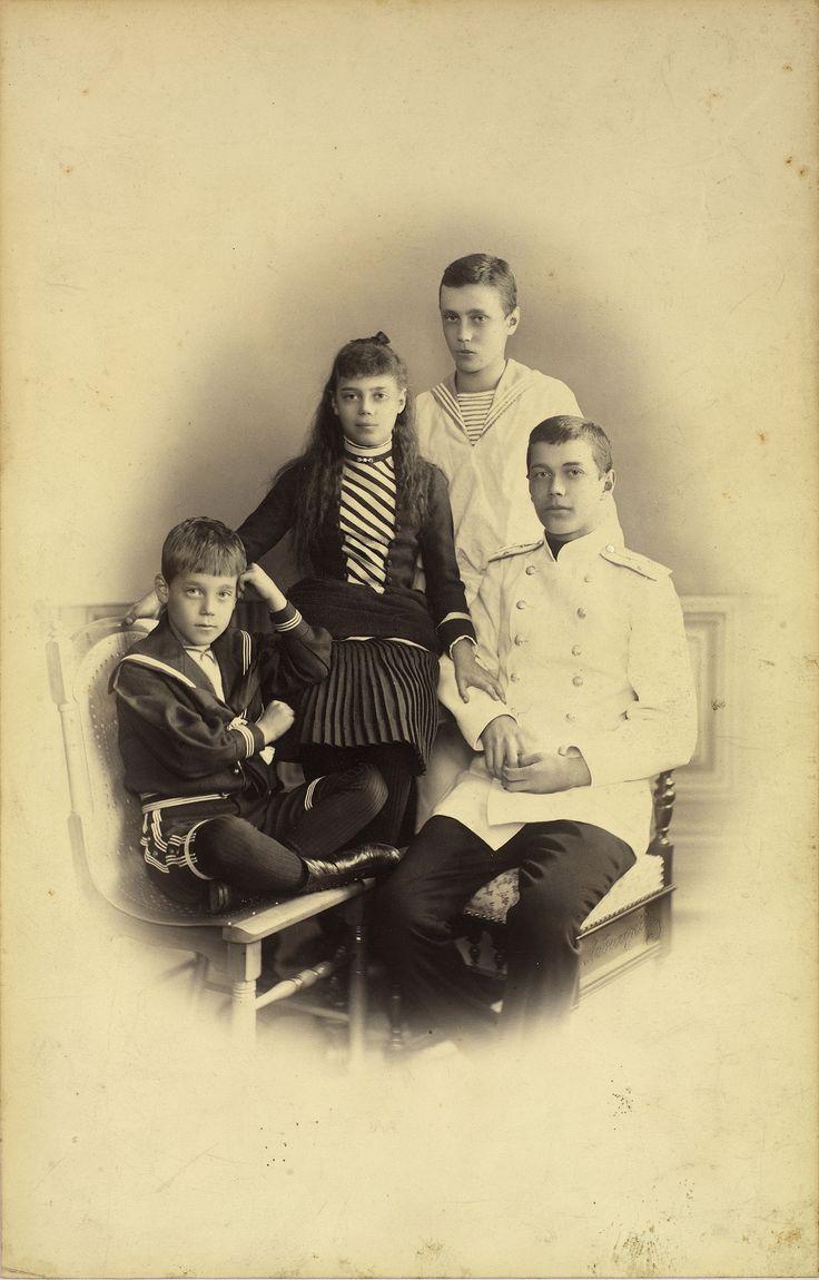 Tsarevich Nicholas está sentado à direita vestindo uniforme naval branco. Grã-duquesa Xenia está ao lado dele para a esquerda, ela descansa a mão esquerda em seu braço direito. Grão-duque George está de pé atrás deles vestindo uma roupa de marinheiro. Grão-duque Michael está sentado em uma cadeira para a esquerda, com as pernas cruzadas e sua mão esquerda levantada para sua cabeça. Palácio de Gatchina, 12 de Dezembro de 1886 (30 de Novembro de 1886 no Calendário Juliano)