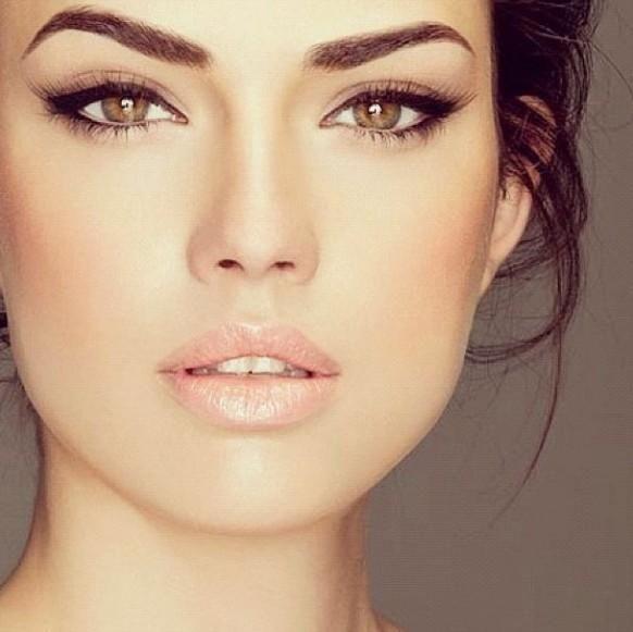 Вопрос 17.2 В макияже я бы подчеркнула глаза, придав им более раскосый вид. Губы цвета nude, чтобы они не привлекали много внимания, подчеркнула бы скулы